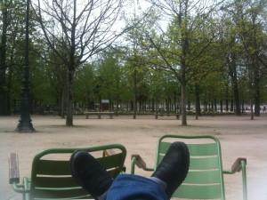 mes pieds sur les chaises des Tuileries
